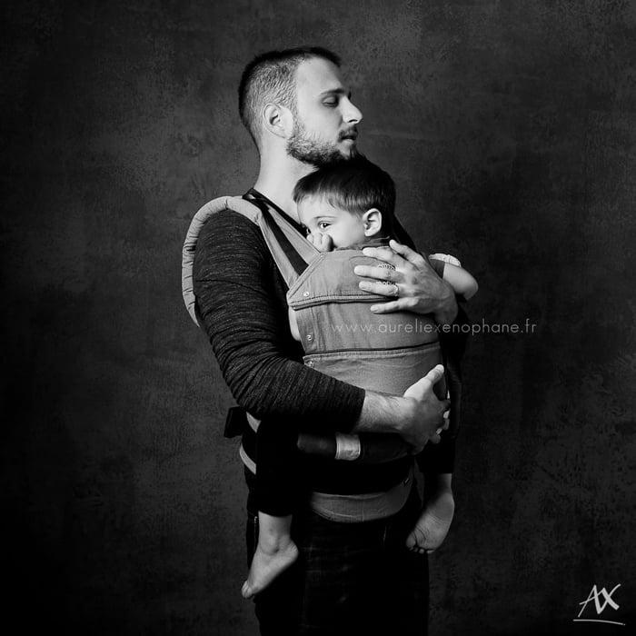 """Projet photo : """"papa porteur"""" par Aurélie Xenophane - Photographie noir et blanc - format carré."""