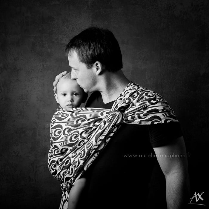 Un papa et son bébé, portage paternel - Un projet photo artistique de Aurélie Xenophane.