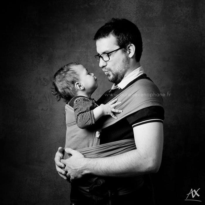 Image d'un papa et son bébé faisant un bisous - projet photo : Papa-porteur