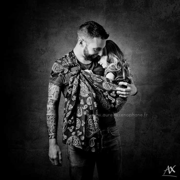 Papa et le portage en écharpe de son bébé, un projet photo artistique en noir et blanc.