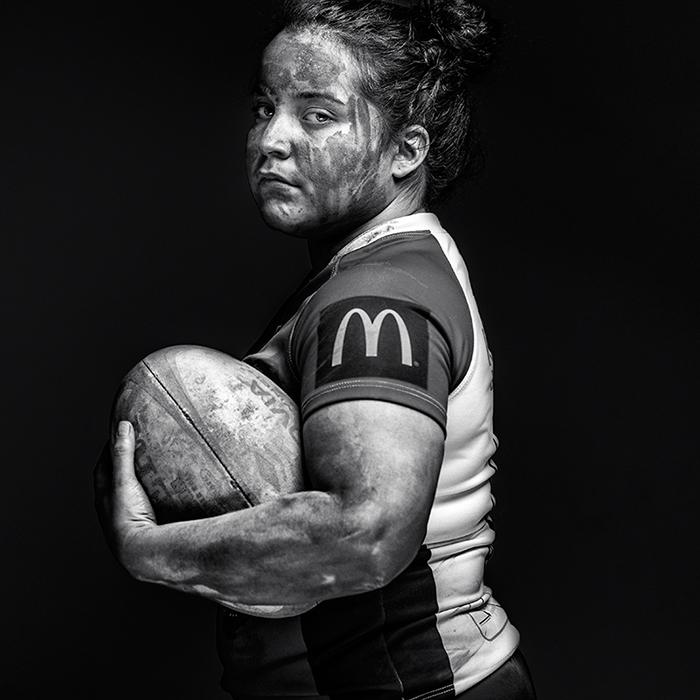 Joueuse de rugby - photographie artistique noir et blanc. Antoine Dominique