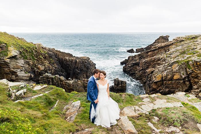 Photo de couple au bord d'une falaise, une image romantique et colorée !