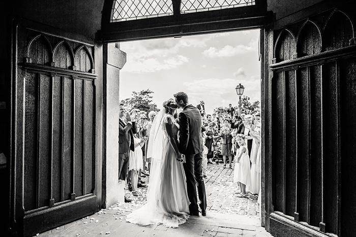 Couple qui sort de l'église, le jour de leur mariage.