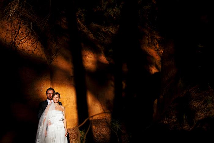 Photographie d'un couple le jour de leur mariage. Une image artistique.