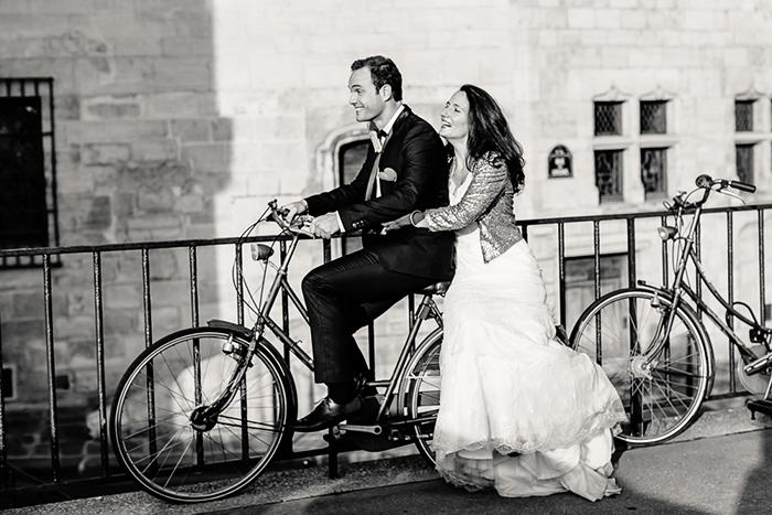 Des mariés à vélo. Une image intemporelle et romantique.