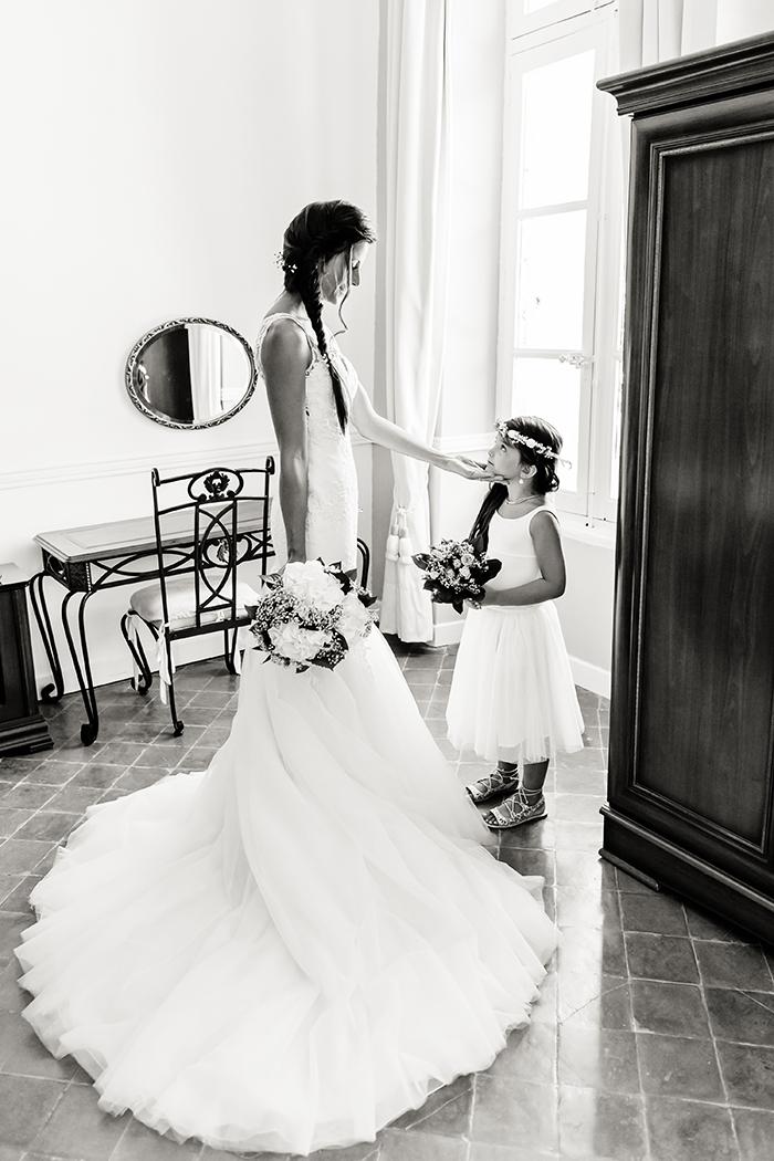 Une mariée et sa file, demoiselle d'honneur. Une image noir et blanc de Caroline Vidal photographe.