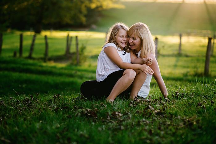Des rires entre une maman et son enfant.