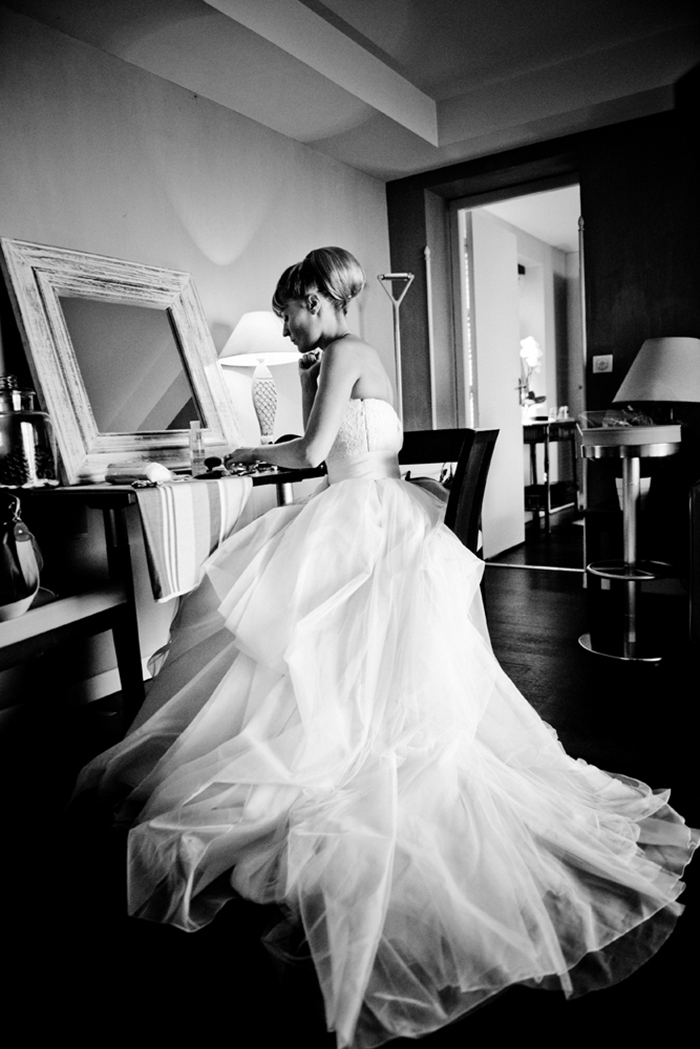 Une mariée au piano. Photographie artistique noir et blanc.