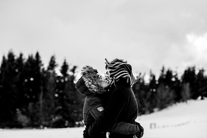 Couple d'amoureux en noir et blanc.