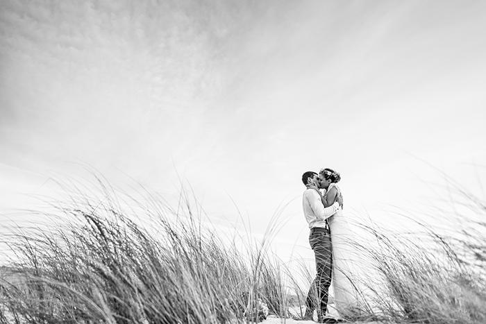 Superbe photo de mariés dans les hautes herbes. Photographie noir et blanc. Ivan Franchet