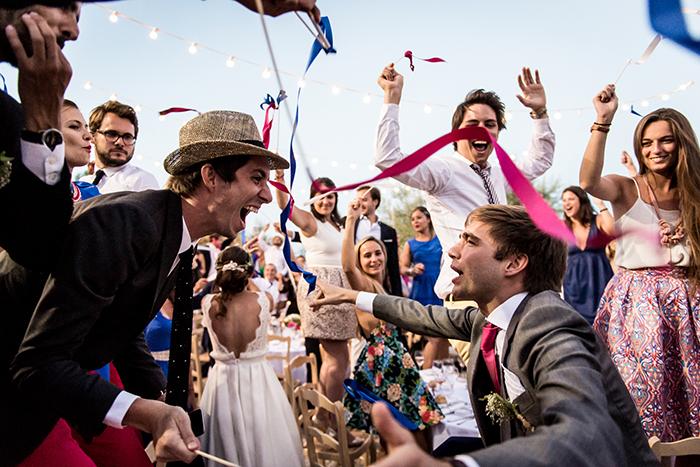 Photographie festive et colorée d'un mariage.