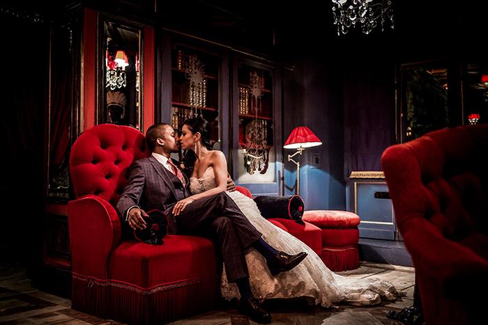Photographie intimiste des mariés dans leur salon.