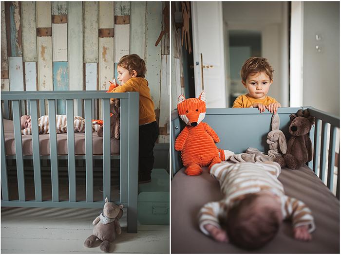 Un enfant observe un bébé endormi dans son berceau - diptyque.