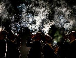 Photo de soirée de mariage. Une image créative et artistique. Jeu de lumière et fumée. Par Ivan Franchet, photographe de mariage à Nantes.