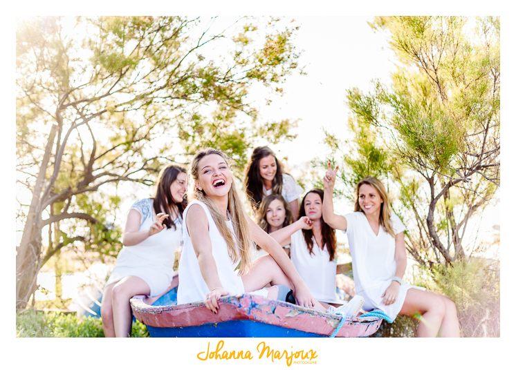 EVJF fun et décalé, dans la nature, les filles s'amusent et rigolent ensemble.