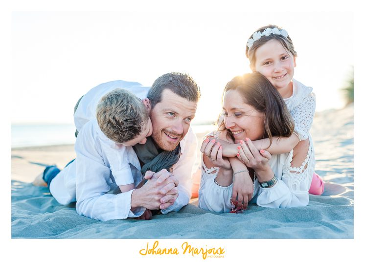 Une famille sur la plage. Une photo douce et colorée.