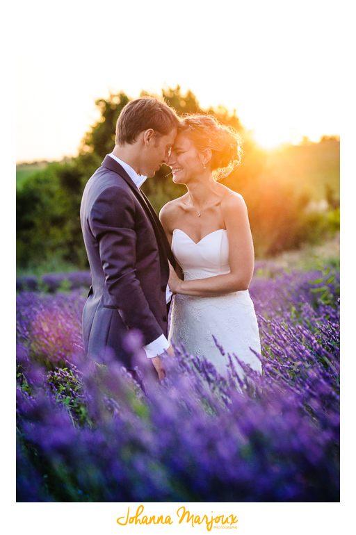 Un couple de mariées dans un champ de lavande. La lumière est douce, c'est golden hour. Johanna Marjoux Photographe à Montpellier
