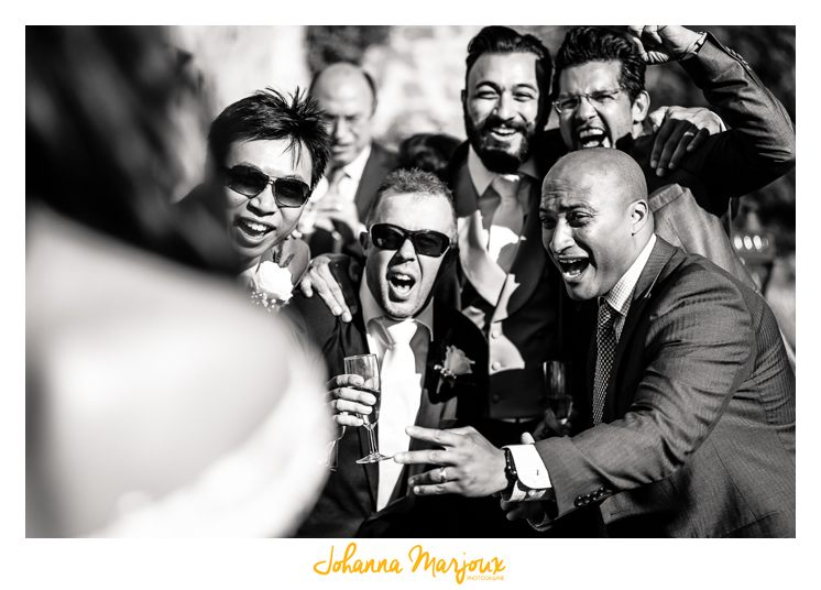 Photo de mariage, en noir et blanc. Une photo des garçons d'honneur plutôt fun.