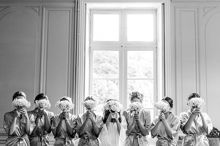 La mariée avec ses demoiselles d'honneur. Un bouquet devant les yeux.