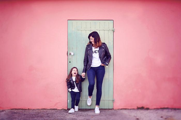 Un jolie photo d'une maman avec sa fille, toutes les deux vêtues de la même façon, en jeans.