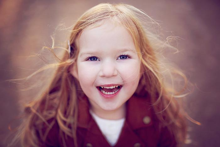 Portrait d'une jolie fillette au grand sourire, heureuse d'être photographiée !