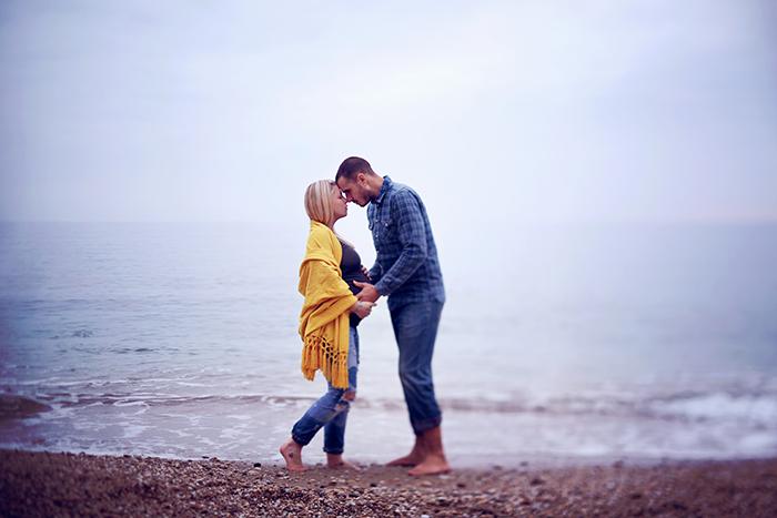 Couple qui s'embrasse, sur la plage. Photographe : Audrey Leguen