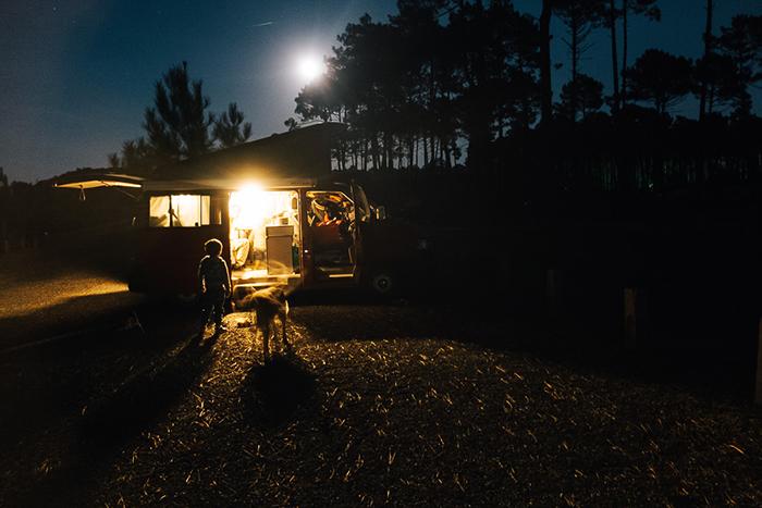 Le van au coucher du soleil. La seule lumière du van donne une dimension fantastique à cette photographie de voyage !