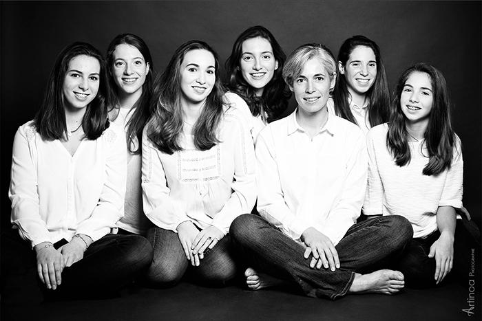 Portrait de famille, une maman et ses 6 filles. Photographie intemporelle en noir et blanc. Séance en studio par Artinoa, photographe à Paris.