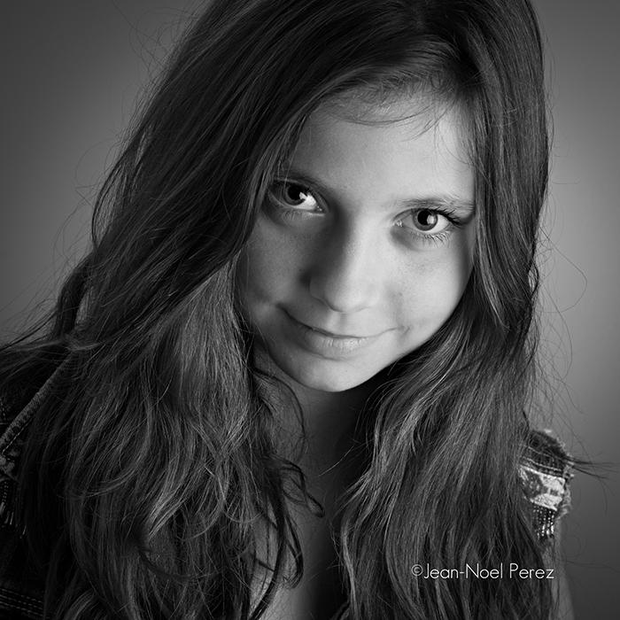 Portrait artistique d'une adolescente en noir et blanc.