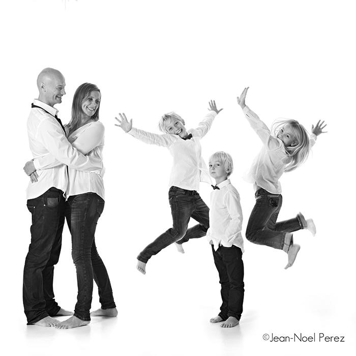 Photo d'une famille heureuse, en noir et blanc.