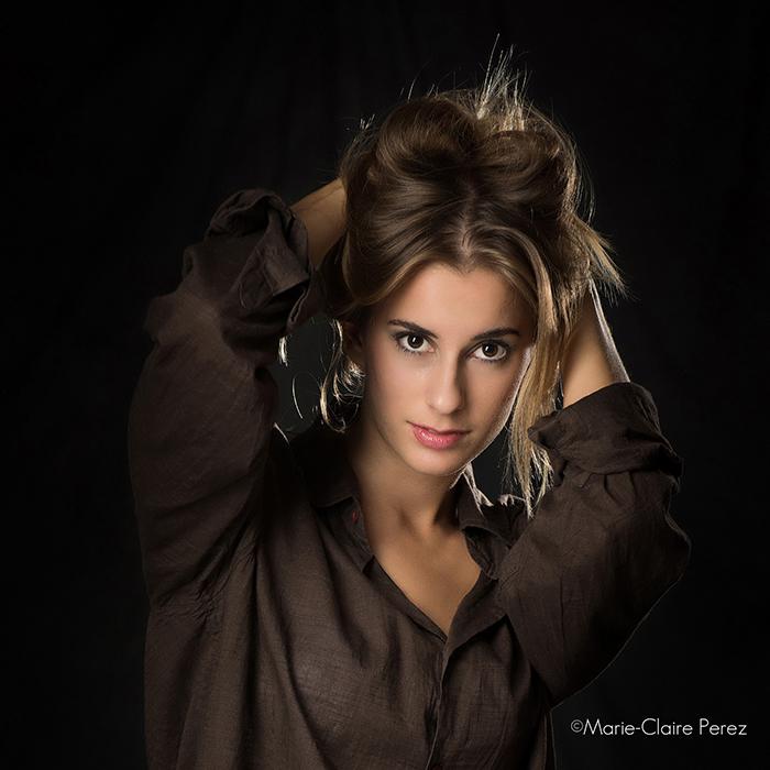 Portrait d'une jeune femme en couleur. Une image artistique.