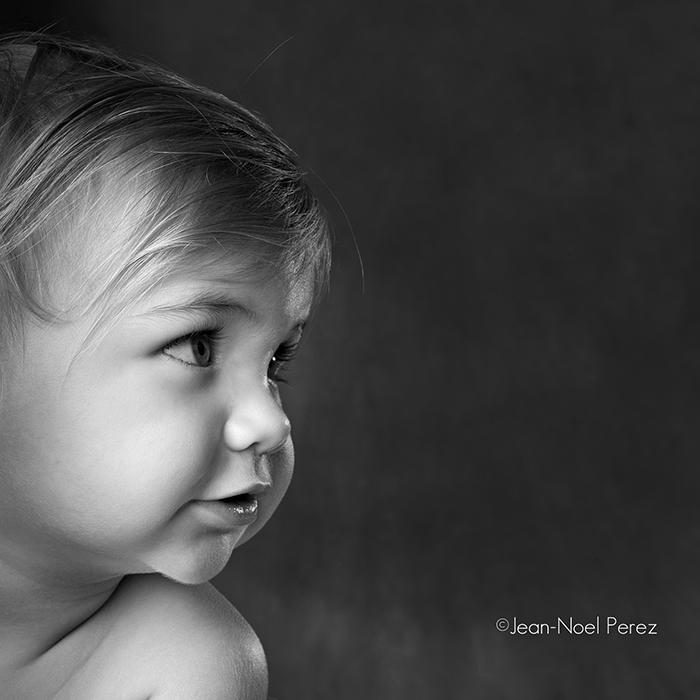 Le profil d'un enfant en noir et blanc.