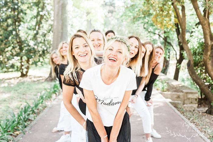 Photo d'une future-mariée entourée de ses amies pour sa journée EVJF