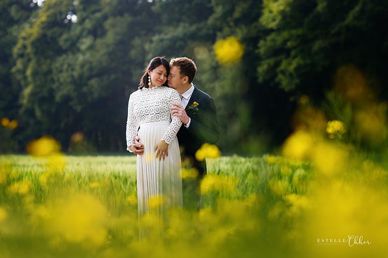 Photographier les mariés dans un joli champ, une image romantique de la photographe Estelle Chhor