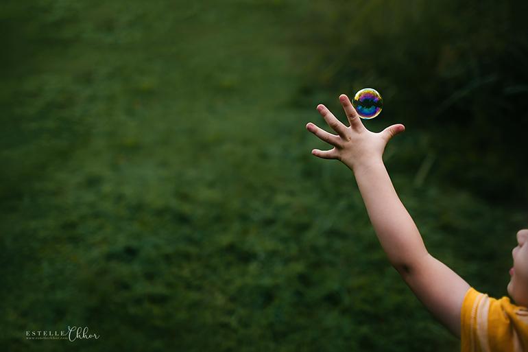 Attrapper une bulle - Photographie d'Estelle Chhor