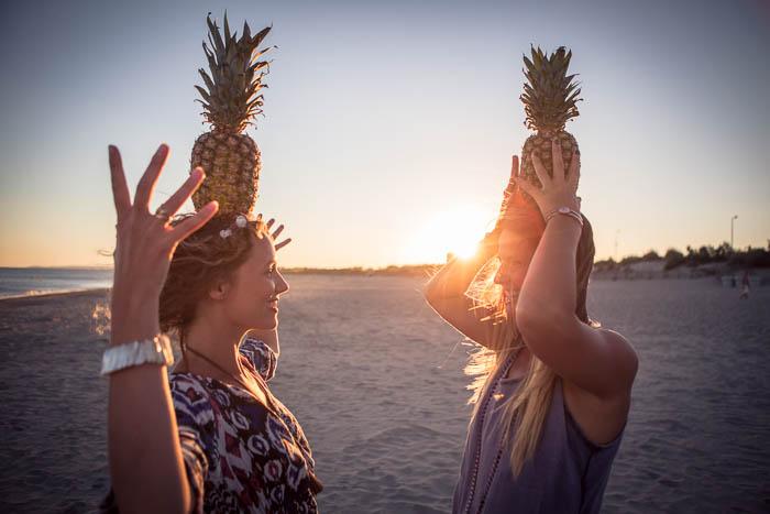 EVJF sur la plage, un groupe de filles s'amusent avec des fruits !