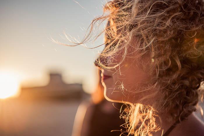 Portrait de femmes, cheveux au vent, à contre-jour avec un superbe soleil couchant.