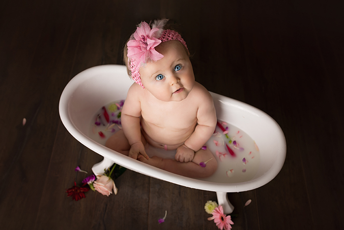 Petite fille dans un petit bain de lait