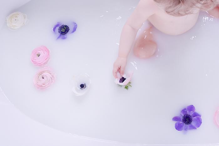 Enfant dans un bain de lait - Par http://mamzellejoe.fr
