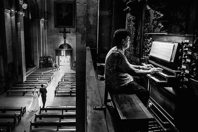 Lorsque les mariés sortent de l'église. Une photo incontournable revissée par William Lambelet.