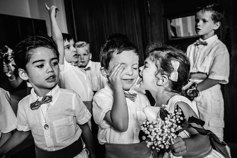 Les enfants et leur naturel durant un mariage. Une belle photo de William Lambelet