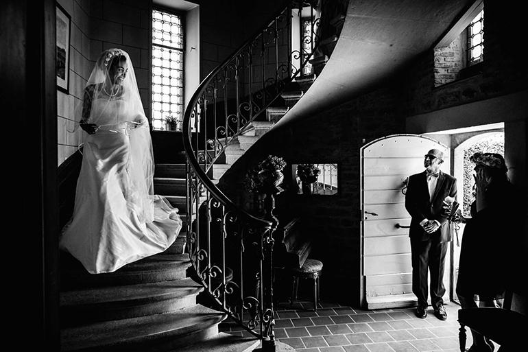 Reportage de mariage, découvrir la mariée. Une photo noir et blanc, d'un moment choisi par William Lambelet, photographe.