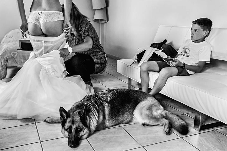 Reportage de mariage : les préparatifs de la mariée. Une photo noir et blanc, d'un moment choisi par William Lambelet, photographe.