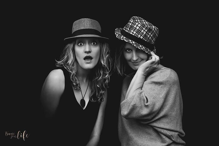 Portrait de deux femmes, en noir et blanc. Olivier Faure