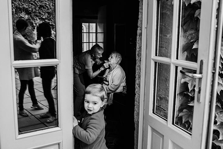 Photo des préparatifs d'un mariage. En noir et blanc.