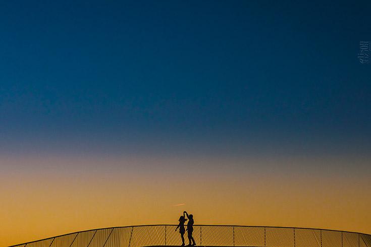 Photo de couple au coucher du soleil. Lumière magnifique.