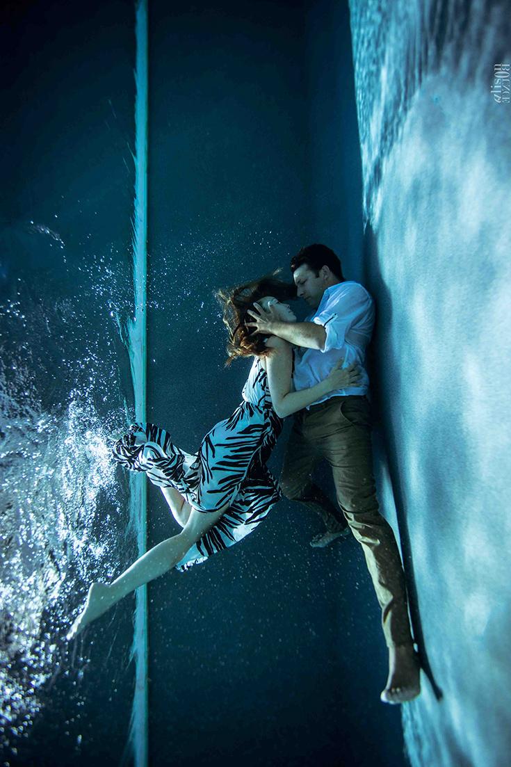 Photographie aquatique, d'un couple s'embrassant sous l'eau (piscine). Par Alison Bounce.