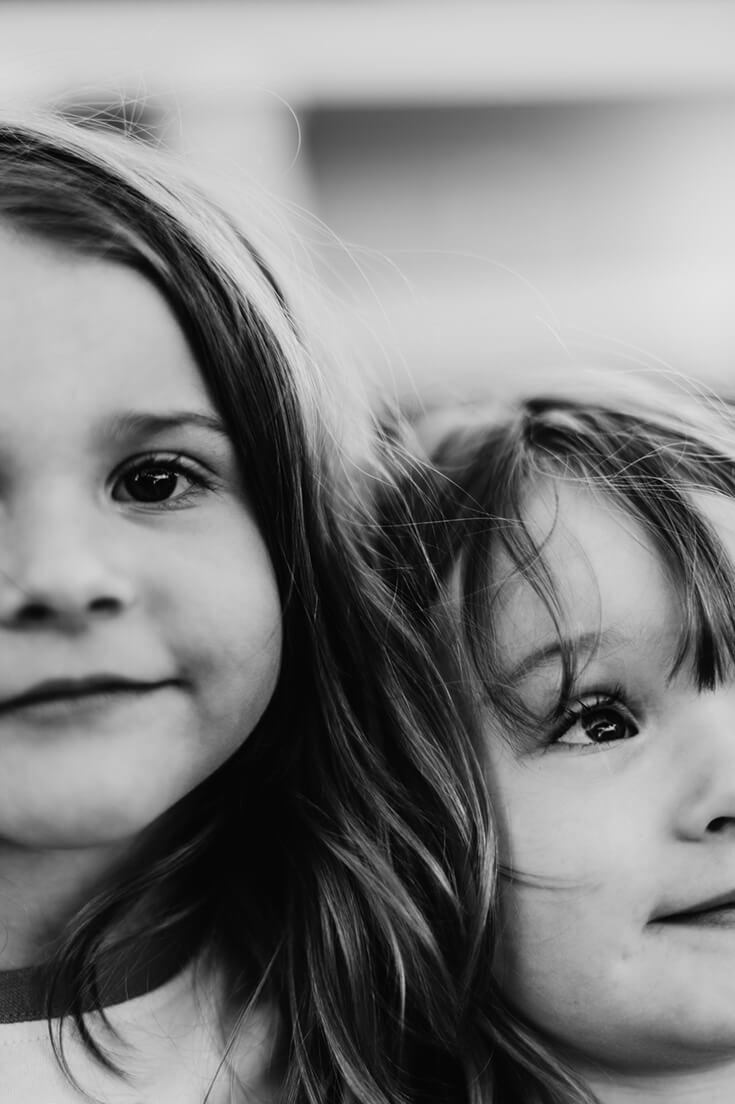 Photo noir et blanc de deux fillettes.