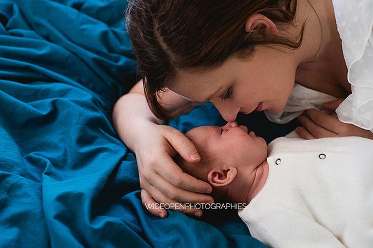 Une maman et son bébé, un moment câlin tout en douceur.
