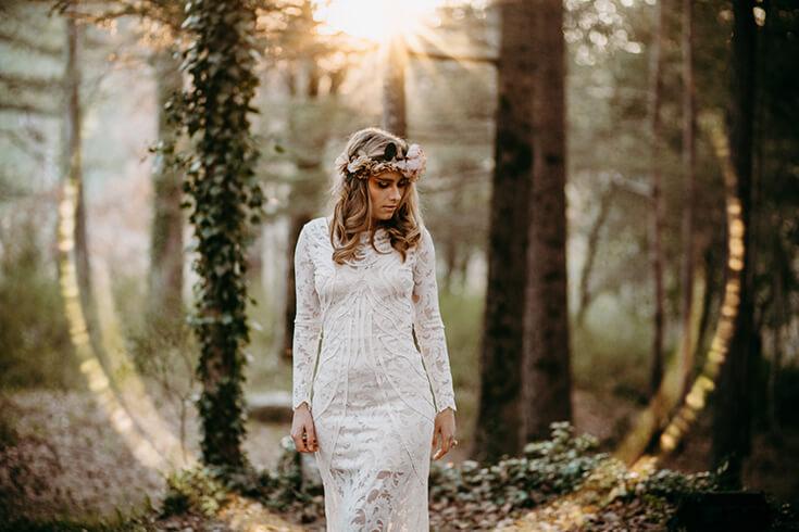Photographie en contre-jour d'une mariée.